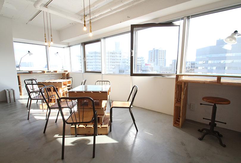 窓際のカフェ風スペース