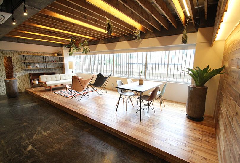 お洒落な家具が配置されたウッドスペース