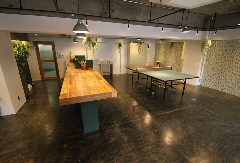卓球台と大きなカウンターテーブル