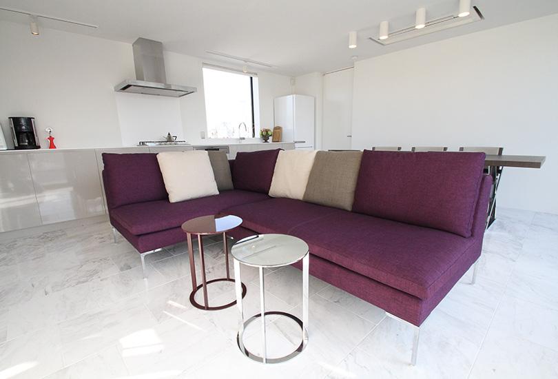 紫が特徴的なソファーセット