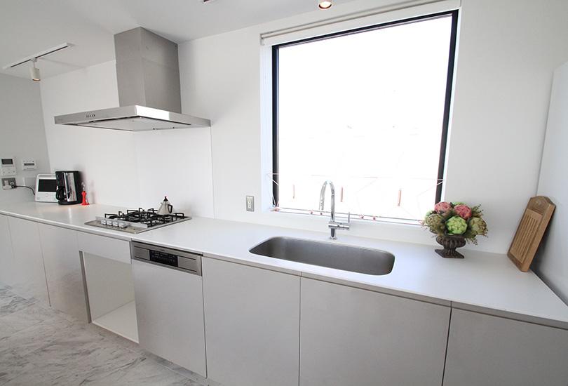 窓からの景色も良い清潔感溢れるキッチン