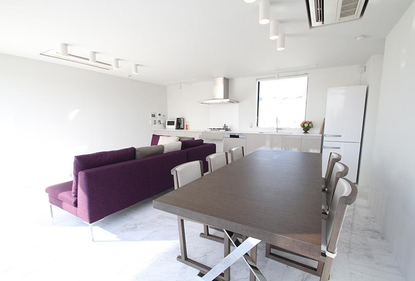 ラグジュアリーな家具が配置されたスペース内
