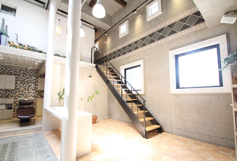 天井高があるからこその特徴的な階段