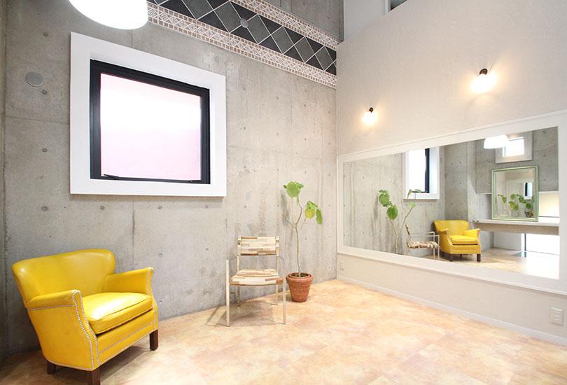 コンクリート壁とおしゃれな家具