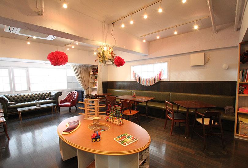 明るく清潔感あるカフェスペースです
