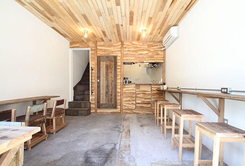 木の温もりが感じられる柔らかな雰囲気のカフェ