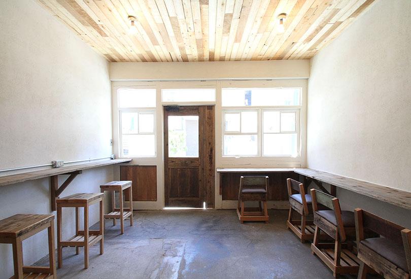 味わいのある木製の扉
