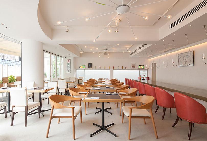 1F:広々使える清潔感あるカフェスペース