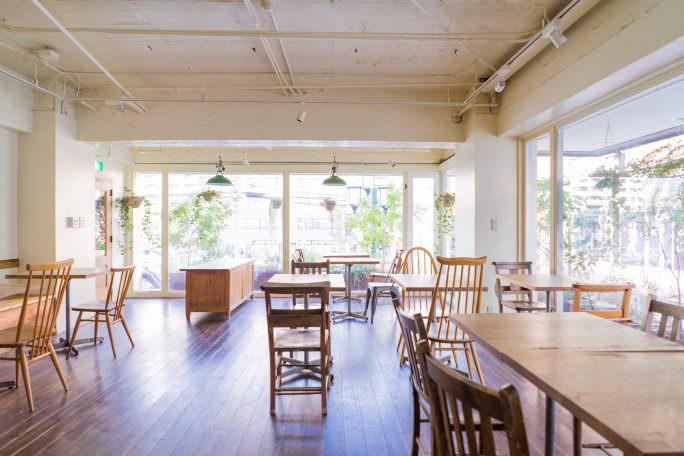 窓面が多く自然光がたくさん入ります|GOBLIN.国分寺CAFE店