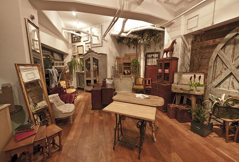 アンティーク家具に囲まれた空間