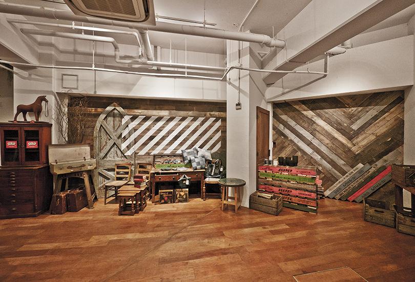 ウッドの床に映える家具の数々