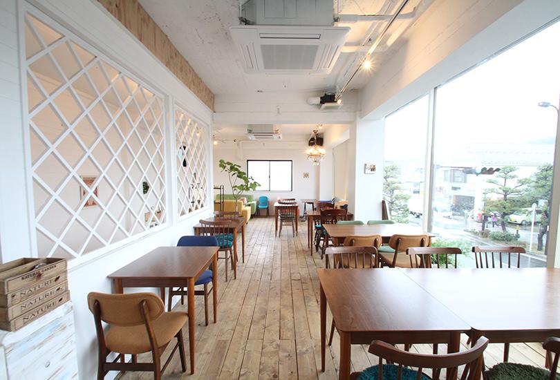 清潔感溢れる明るいカフェ&レストラン空間